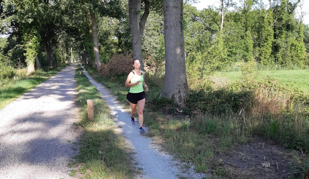 Marlies is aan het hardlopen door het bos