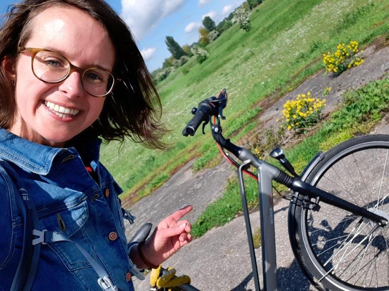 Marlies naast haar fiets