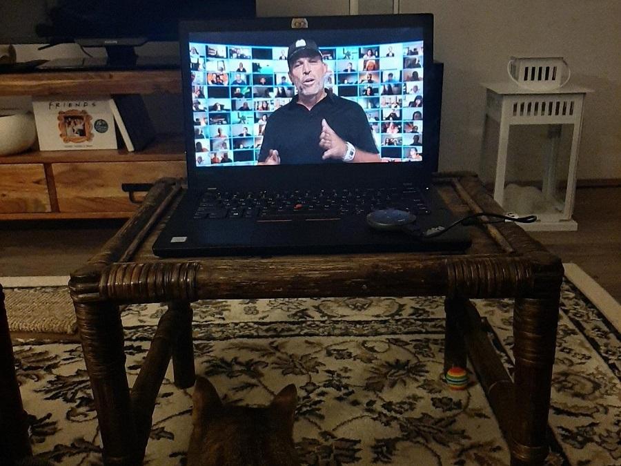Tony Robbins op het scherm van de laptop
