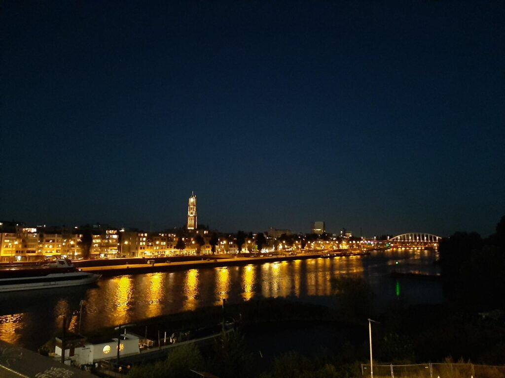 Skyline van Arnhem in het donker